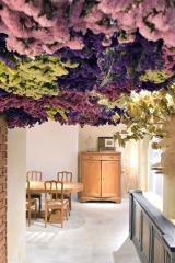 ドライフラワーを天井から垂らした花のトンネルもある