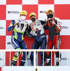 今季連勝を飾り、上位入賞のライバルライダーと表彰台の上で歓喜する桑原駆(中央)