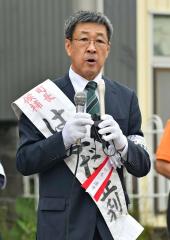 立候補の届け出を済ませ、第一声を上げる浜田氏(13日午前9時15分ごろ、新得町内の選挙事務所前。小山田竜士撮影)