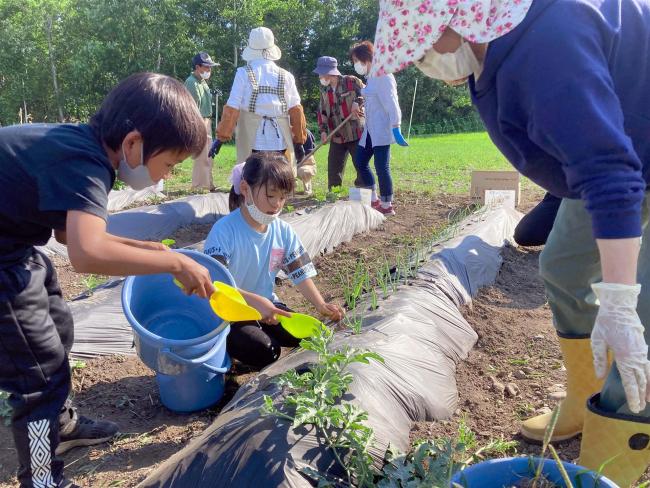尾田おやじの会が高齢者らと畑作り 大樹