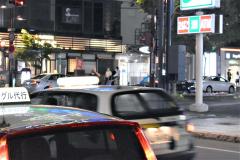 市内中心部の繁華街では代行とタクシーが行き交うが忙しさはコロナ前にはほど遠い(16日)