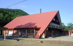 統廃合を含めた施設のあり方について検討が始まった岩内自然の村。実習館「山の家」など主要施設は完成から40年が経過し老朽化が進んでいる