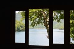 店内の窓から望む糠平湖
