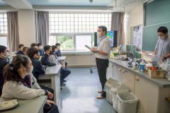 講師の話を聞いて町の特産品や特色について理解を深める生徒
