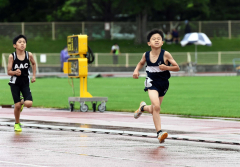 男子4年800メートル 大野隆晴(右、士幌陸ク)
