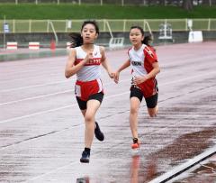 女子6年800メートル 沢優季那(左、十勝陸ク)、野坂弥由(右、芽室陸少)