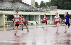 女子6年100メートル決勝 上妻咲桜(左、十勝陸ク)