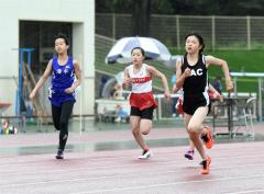 女子4年100メートル決勝 人見仁菜(右、足寄小)