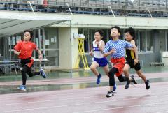 男子4年100メートル決勝 山口丈歩(手前、十勝陸ク)