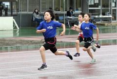 女子3年100メートル決勝 森田寧々(左、Spo―RE札内)