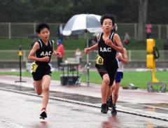 男子6年1500メートル 澤山礼慈(右、足寄小)、高橋丈琉(左、同)