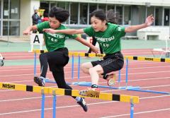 女子5年80メートル障害 (右から)久保奈々美(本別陸少)、宮野下愛(同)