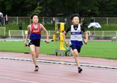 男子5年400メートルリレー 十勝陸クA・増谷龍駕(右)、Spo―RE札内・大野朝陽(左)