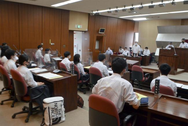 町議会議場で高校生議会 池田