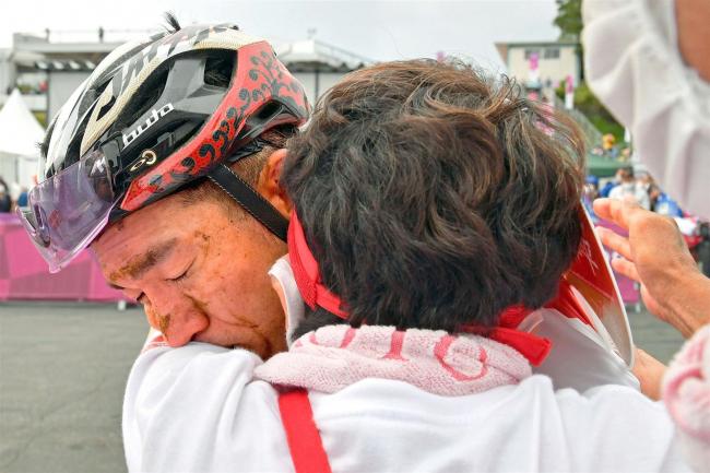MTBレジェンド山本幸平さわやかに引退、母・兄と抱き合い涙 東京五輪