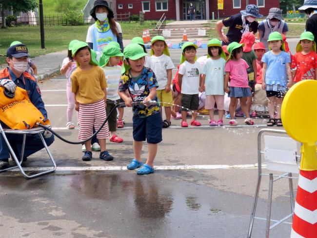 中札内 消防署員と放水に挑戦 幼年消防クラブ