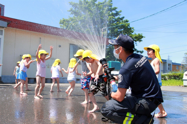 大樹 幼年消防クラブで煙体験と水遊び