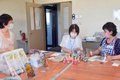 ディンプルアートを体験する参加者。左が講師の大越さん
