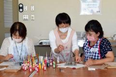 ディンプルアートを体験する参加者。中央が講師の大越さん