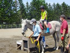 乗馬体験で交流する帯広農業高の生徒と子どもたち
