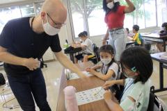 子どもたちに英語を教える講師のピナールさん(左)とロビンソンさん(右)