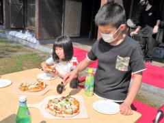 完成したピザを味わう子どもたち