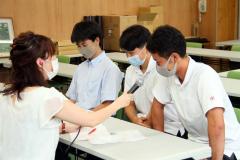 米澤さんのインタビューを受ける(右から)須田さん、下坪さん、木下さん