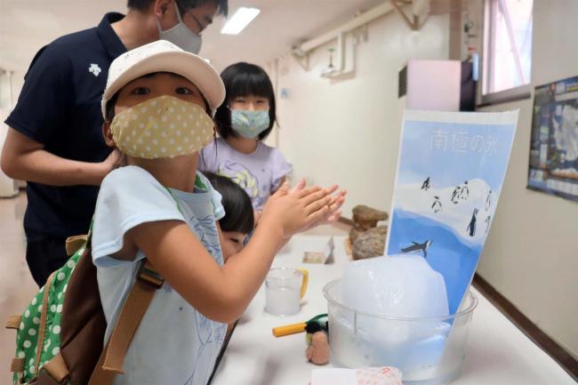プチプチと音がして不思議 帯広市児童会館で南極の氷に触れるイベント