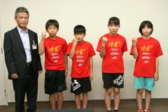 藤代教育長に決意を語る(左2人目から)澤山君、高橋君、方川さん、人見さん(足寄)