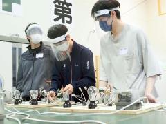 電気工学科で配線作業を体験する高校生(中央)
