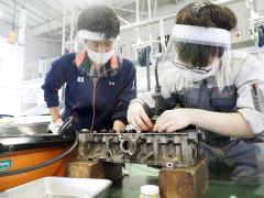 自動車整備科でエンジンに関する作業を体験する高校生(右)