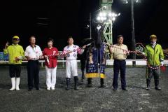 重賞2勝目を挙げたイオン(馬の右が槻館重人調教師(ばんえい十勝提供)