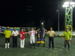 ばんえい大賞典で勝利をあげたイオン号(中央)。馬より左が騎手、右が調教師