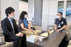 手島町長に活動を報告する蘆田さん(中央)と及川さん(左)