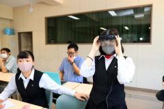 さまざまな情報がゴーグルに投影されるスマートグラスを装着する生徒