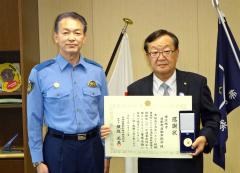 感謝状を受け取った徳井会長(右)。左は野手署長。