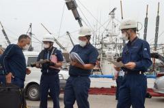 船長(左)に事故防止を呼び掛ける広尾海保と釧路運輸支局の職員