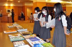 参加企業のパンフレットを見る学生たち