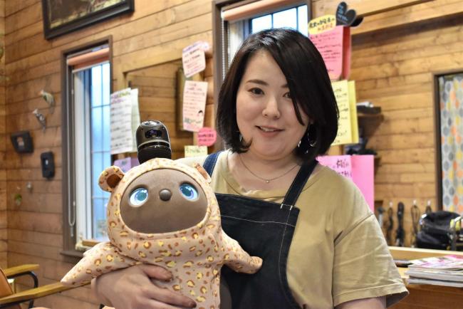飲食店や美容室で癒しのロボット導入 店で愛される看板に