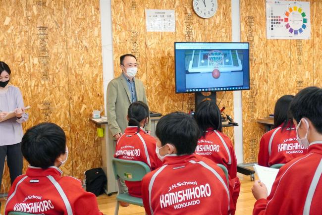 上士幌中で写真家・岩崎さんの特別授業