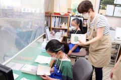 児童が図書館司書を体験 鹿追 3