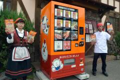 「平和園の味、24時間買えます」と肉自販機をPRする山本店長と木山さん(右から)