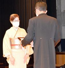 自治功労賞を贈られる臼井あや子さん(左)