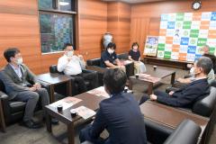 福地教育長(手前左から2人目)らと歓談する(奥左から)助乗氏、菅野氏、泉団長、芹澤さん