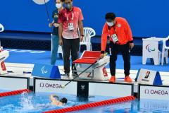 【競泳女子100メートル自由形S11クラス・予選2組】50メートルの折り返しに差しかかり、タッパーから合図を受ける小野智華子(金野和彦撮影)