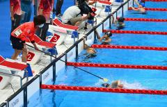 【競泳女子100メートル自由形S11クラス・予選2組】フィニッシュが近くなり、タッパーからレースを終える合図を受ける小野智華子(金野和彦撮影)