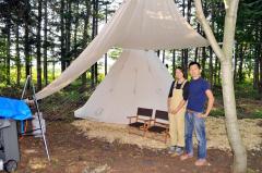 大阪から移住し、来春開業に向け、ピザ店兼宿泊施設「咲色」の整備を進める粟田さん夫妻。敷地内に設置したテント