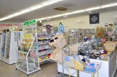文房具や手芸品、玩具などを豊富に取りそろえていた店内2