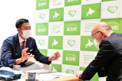飯田町長(右)に今後の活動のイメージなどを伝える山本さん