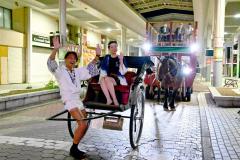 帯広市熱中小のプロジェクトで、人力車で日本縦断に挑戦する、鈴木悠司さん(左)=10日、金野和彦撮影